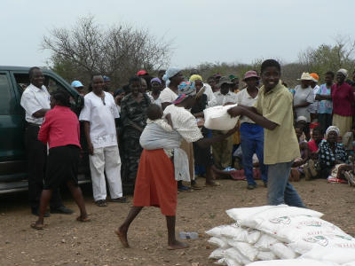 Crowd receiving bags of grain