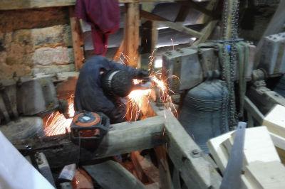 Cutting bolts away