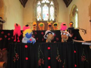 Puppets sing ar Harvest