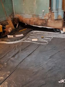Laying out the underfloor heating pipes