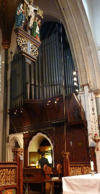 John Halsey playing the organ. Courtesy Philippa Johnson.