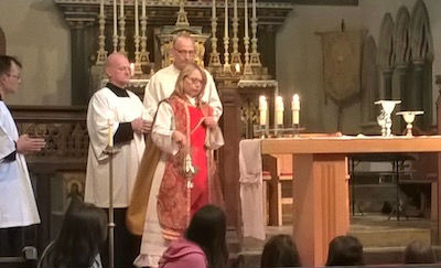 Kate censing the altar
